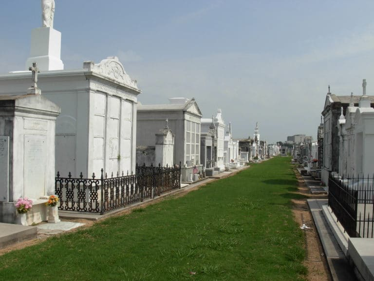 bus-tour-louis-cemetery-no3