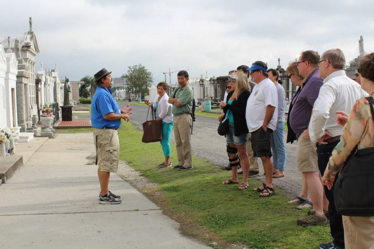 bus-tour-louis-cemetery-no3-group